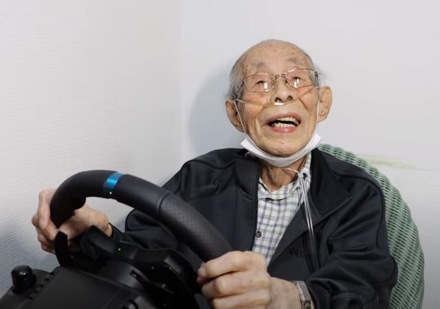 """Gây """"sốt"""" mạng xã hội, game thủ 93 tuổi đeo ống thở vẫn phá đảo các đường đua - Ảnh 2."""
