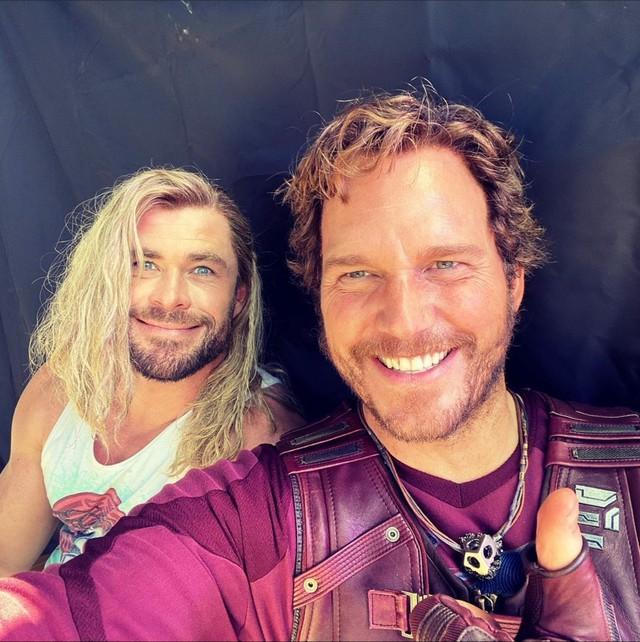 Cặp đôi tấu hài Thor và Star-Lord đăng ảnh tình tứ trong phần hậu trường Thor Love and Thunder - Ảnh 1.