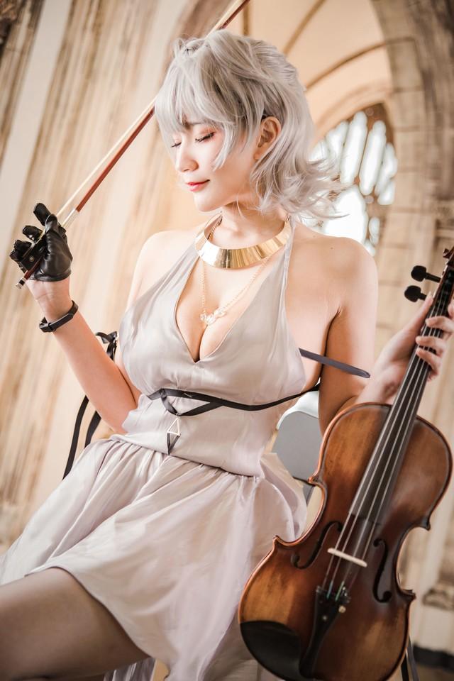 Đắm mình trước bộ cosplay nhân vật Seattle trong tựa game Azur Lane, đã xinh như nàng thơ lại còn biết chơi đàn - Ảnh 4.