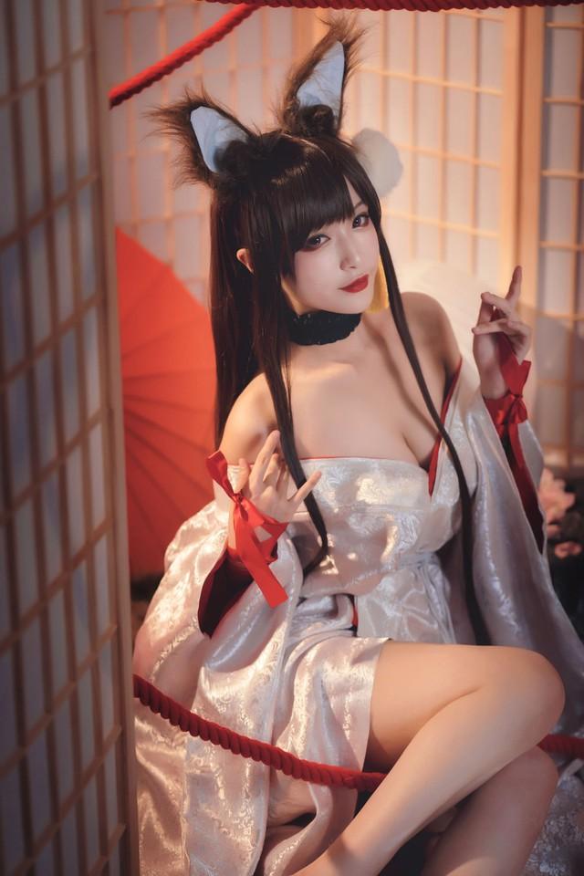 Game thủ ngẩn ngơ ngắm gái xinh cosplay mỹ nữ Akagi lấp ló vòng một trong Azur Lane - Ảnh 6.