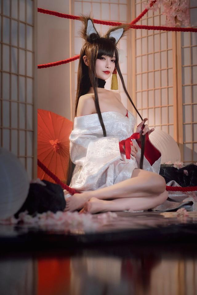 Game thủ ngẩn ngơ ngắm gái xinh cosplay mỹ nữ Akagi lấp ló vòng một trong Azur Lane - Ảnh 13.