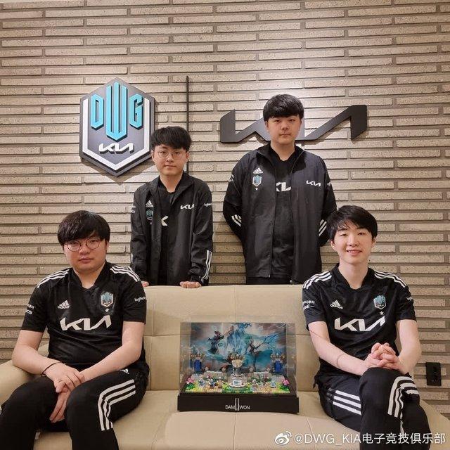 DWG KIA nhận được món quà vinh danh vô địch CKTG siêu cấp đáng yêu từ Riot Hàn - Ảnh 1.