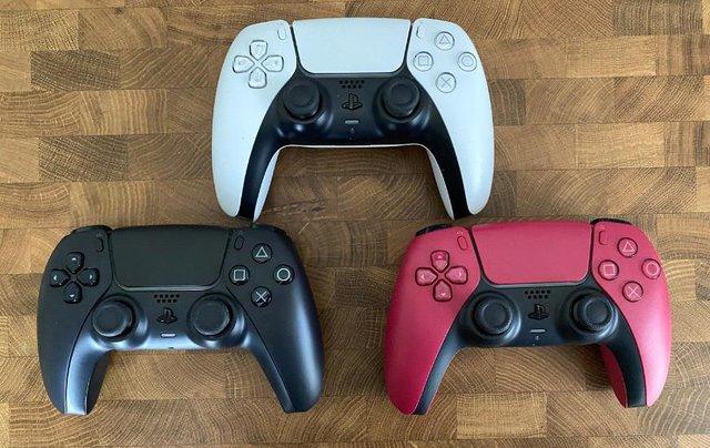 Trên tay 2 phiên bản mới Cosmic Red và Midnight Black của tay cầm DualSense PS5 - Ảnh 1.