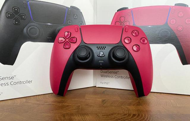 Trên tay 2 phiên bản mới Cosmic Red và Midnight Black của tay cầm DualSense PS5 - Ảnh 2.