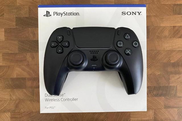 Trên tay 2 phiên bản mới Cosmic Red và Midnight Black của tay cầm DualSense PS5 - Ảnh 5.