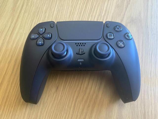 Trên tay 2 phiên bản mới Cosmic Red và Midnight Black của tay cầm DualSense PS5 - Ảnh 6.