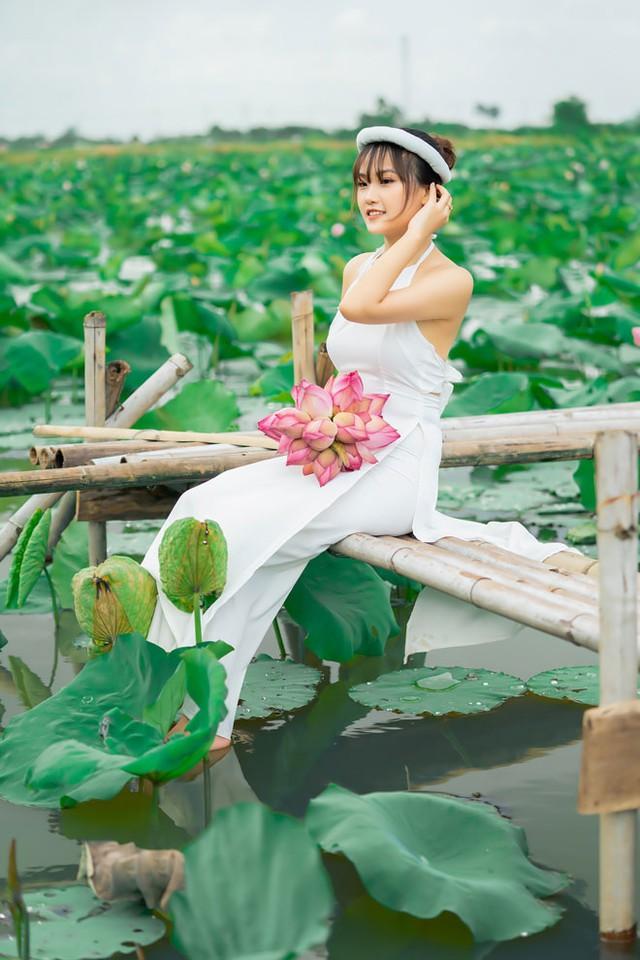 Tạo dáng chụp với sen, cô gái xinh đẹp bất ngờ bị lật thuyền, được CĐM rủ nhau tìm info ráo riết - Ảnh 4.