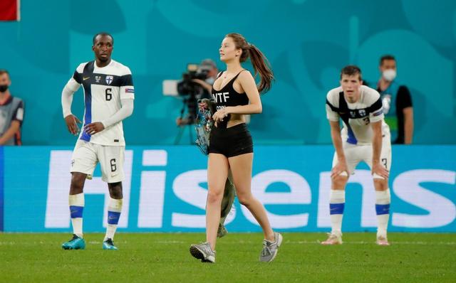 """Nữ CĐV sexy lao xuống sân tại Euro 2020 để quảng bá tiền ảo khiến tất cả có một phen """"mát mắt"""" - Ảnh 1."""