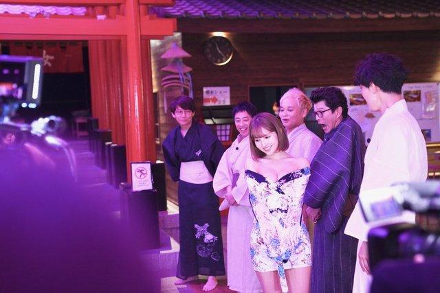 Yua Mikami hào hứng khoe tác phẩm mới đánh dấu cột mốc trong nghề, tiết lộ kiệt sức sau 3 ngày quay ròng rã - Ảnh 7.