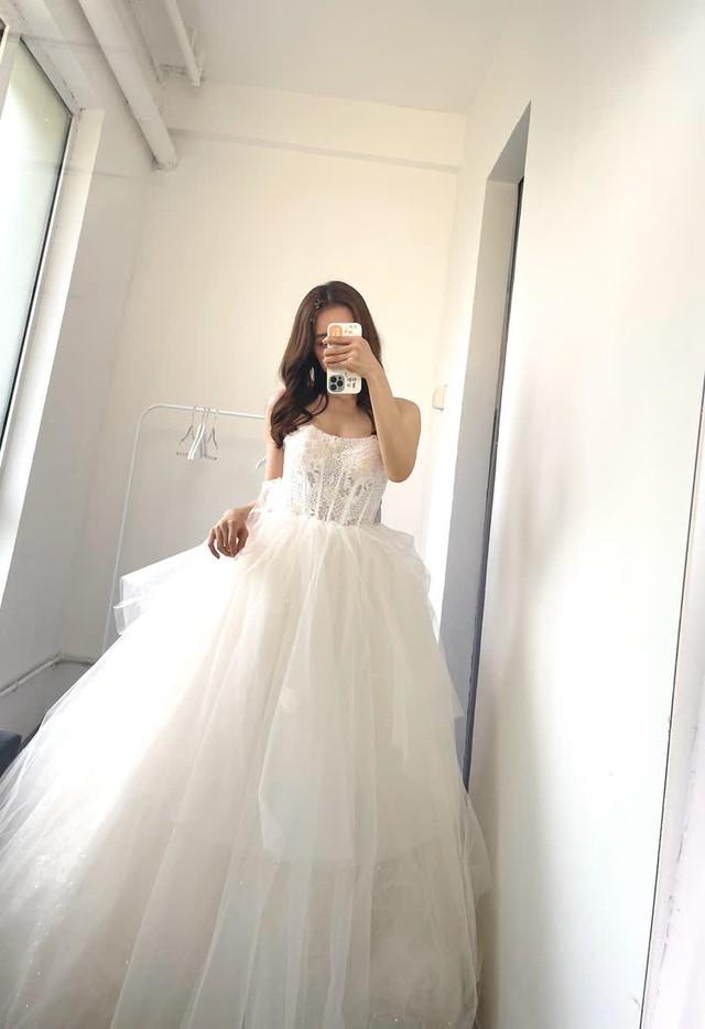 Đăng hình ảnh lộng lẫy trong bộ váy cưới, thiên thần Candice khiến dân tình thổn thức: Crush đi lấy chồng rồi sao? - Ảnh 2.