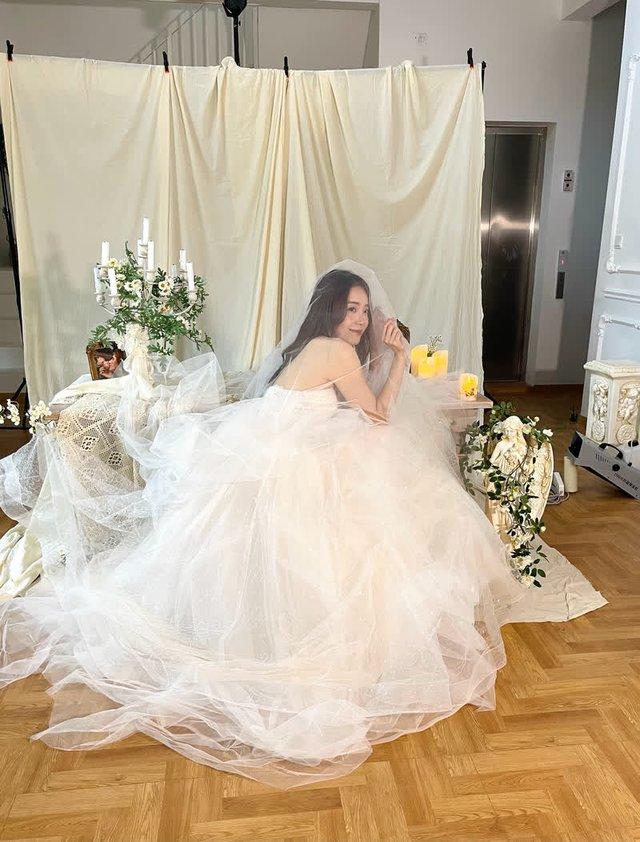 Đăng hình ảnh lộng lẫy trong bộ váy cưới, thiên thần Candice khiến dân tình thổn thức: Crush đi lấy chồng rồi sao? - Ảnh 3.