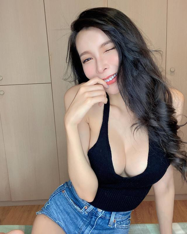 Mặc thử các sản phẩm gợi cảm rồi đăng lên MXH, cô chủ shop vô danh bỗng hóa hot girl vì quá nóng bỏng - Ảnh 4.