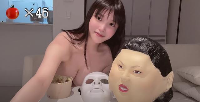 Bất ngờ than nóng khi ăn cơm trên sóng, nữ YouTuber hồn nhiên cởi áo, khoe khuôn ngực 1m đầy tinh tế - Ảnh 2.