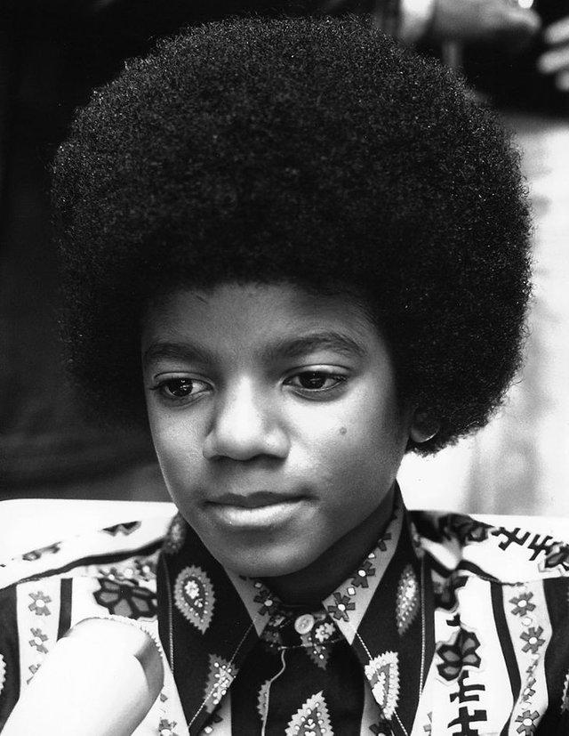 Michael Jackson trông sẽ như thế nào ở tuổi 50 nếu ông vua nhạc Pop không bao giờ phẫu thuật thẩm mỹ? - Ảnh 1.