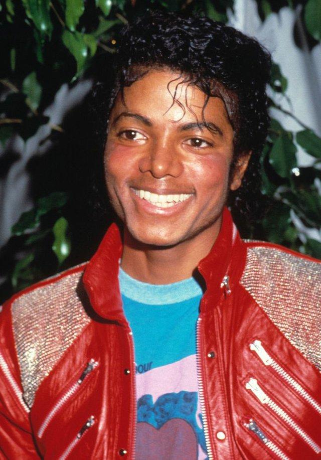 Michael Jackson trông sẽ như thế nào ở tuổi 50 nếu ông vua nhạc Pop không bao giờ phẫu thuật thẩm mỹ? - Ảnh 4.
