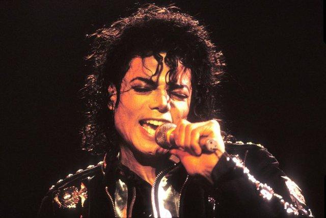 Michael Jackson trông sẽ như thế nào ở tuổi 50 nếu ông vua nhạc Pop không bao giờ phẫu thuật thẩm mỹ? - Ảnh 5.