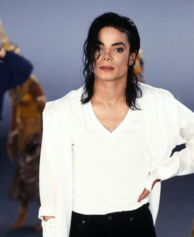 Michael Jackson trông sẽ như thế nào ở tuổi 50 nếu ông vua nhạc Pop không bao giờ phẫu thuật thẩm mỹ? - Ảnh 6.