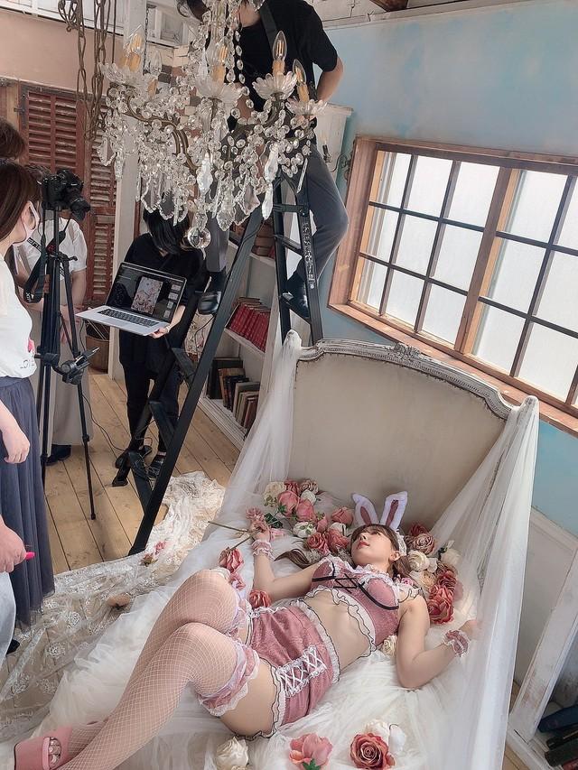 Động viên fan ủng hộ bom tấn kỷ niệm 6 năm debut, Yua Mikami liên tục đăng ảnh giường chiếu nóng bỏng - Ảnh 8.