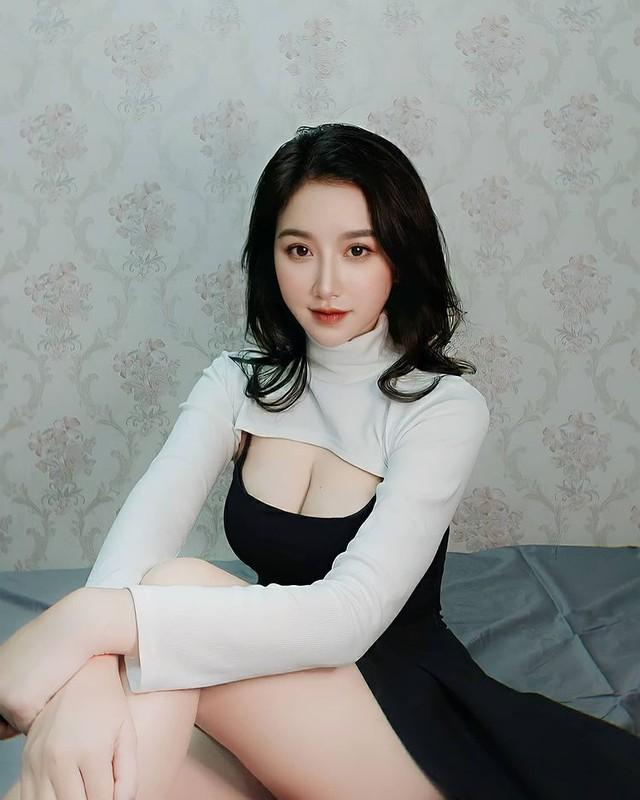 Thả rông vòng một đi thưởng hoa, nàng hot girl Việt bất ngờ được lên báo nước ngoài, dân mạng đổ xô tìm info - Ảnh 4.