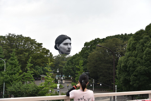 Khinh khí cầu đầu người lơ lửng trên bầu trời Tokyo - Nhật Bản khiến dân tình xôn xao - Ảnh 1.