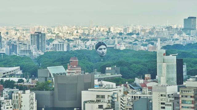 Khinh khí cầu đầu người lơ lửng trên bầu trời Tokyo - Nhật Bản khiến dân tình xôn xao - Ảnh 2.