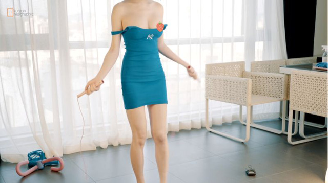 Thả rông vòng một, cố tình tụt vai áo, nữ YouTuber làm hẳn clip định dạng 4K để khoe điểm nhạy cảm - Ảnh 7.
