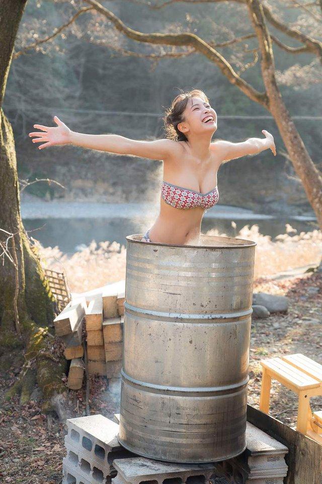 """Thực hiện thử thách tắm trong thùng sắt siêu nóng, nàng hot girl khiến CĐM thắc mắc """"Tại sao không bỏng"""""""