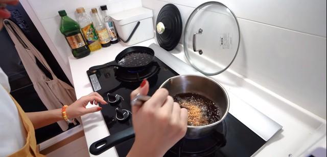 Chơi trội với việc quay video nấu mì gói bằng Coca, nữ YouTuber bị CĐM ném đá dữ dội - Ảnh 3.