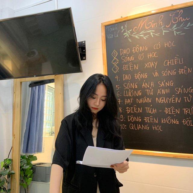 """MXH đêm qua """"dậy sóng"""" vì cô giáo Vật lý, streamer Việt thi nhau xếp hàng """"đứng đây từ chiều"""" - Ảnh 1."""