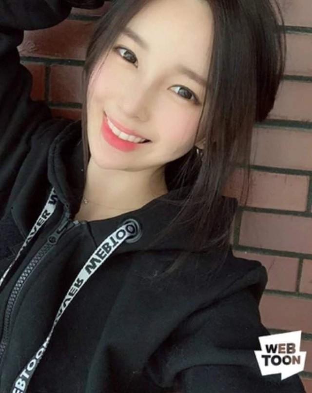 Vô tình để lộ danh tính, nữ họa sĩ truyện tranh webtoon khiến fan bất ngờ vì nhan sắc quá xinh đẹp - Ảnh 1.