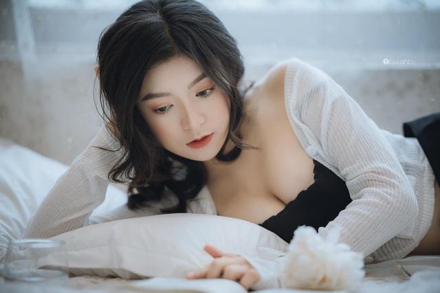 """Streamer Trang Lucy khiến CĐM """"chao đảo với bộ ảnh """"nửa kín nửa hở, vén áo chạm đến khuôn ngực để tạo dáng gợi cảm - Ảnh 6."""