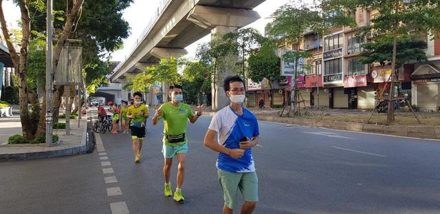 """Đam mê """"vẽ tranh bằng chân"""" nam thanh niên mỗi ngày chạy hàng chục km - Ảnh 1."""