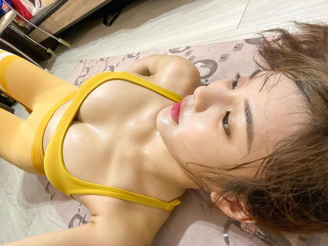 Khoe vòng 1 cùng body nóng bỏng khi tập thể dục tại nhà, nàng hot girl khiến CĐM phải chảy máu mũi - Ảnh 2.
