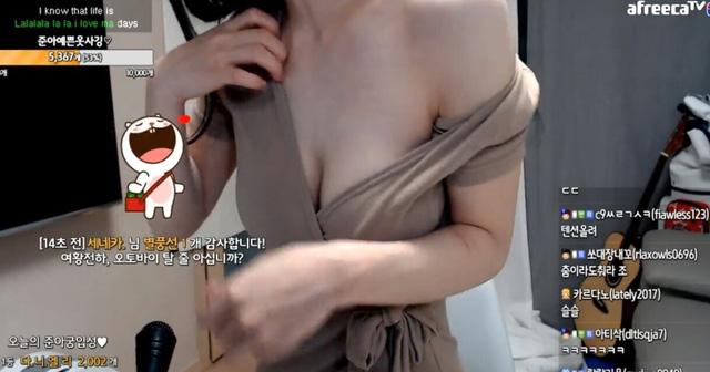 Hết tự xé áo trên sóng rồi lại tụt sơ mi để lấp ló vòng một, nữ streamer chiêu trò giảm view không phanh vì quá phản cảm