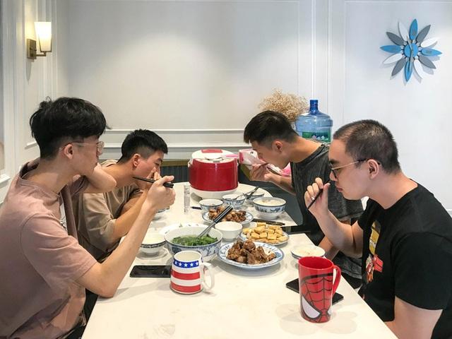 """So độ đạt chuẩn giữa khẩu phần ăn của tuyển thủ và """"combo ngồi net game thủ Việt? - Ảnh 2."""