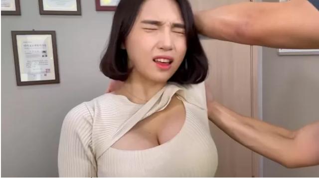 Livestream trực tiếp cảnh đi massage, bấm huyệt ASMR đầy gợi cảm, nàng hot girl hút 4 triệu view sau ít ngày, CĐM đổ xô tìm info - Ảnh 2.
