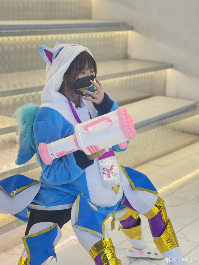Tạo dáng khó đỡ để cosplay Urgot Vệ Binh Tinh Tú, nữ MC LPL dở khóc dở mếu vì hậu quả không khép nổi chân - Ảnh 2.
