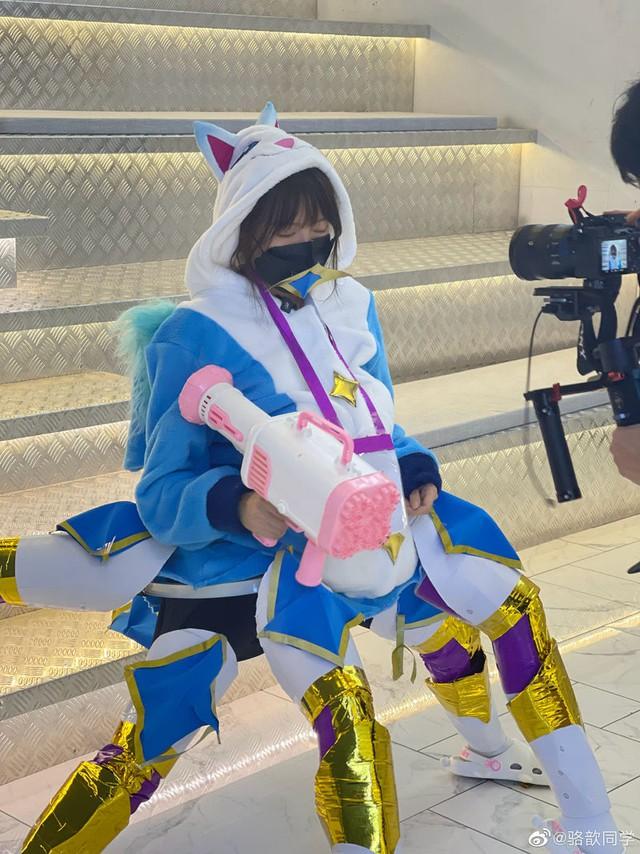 Tạo dáng khó đỡ để cosplay Urgot Vệ Binh Tinh Tú, nữ MC LPL dở khóc dở mếu vì hậu quả không khép nổi chân - Ảnh 4.