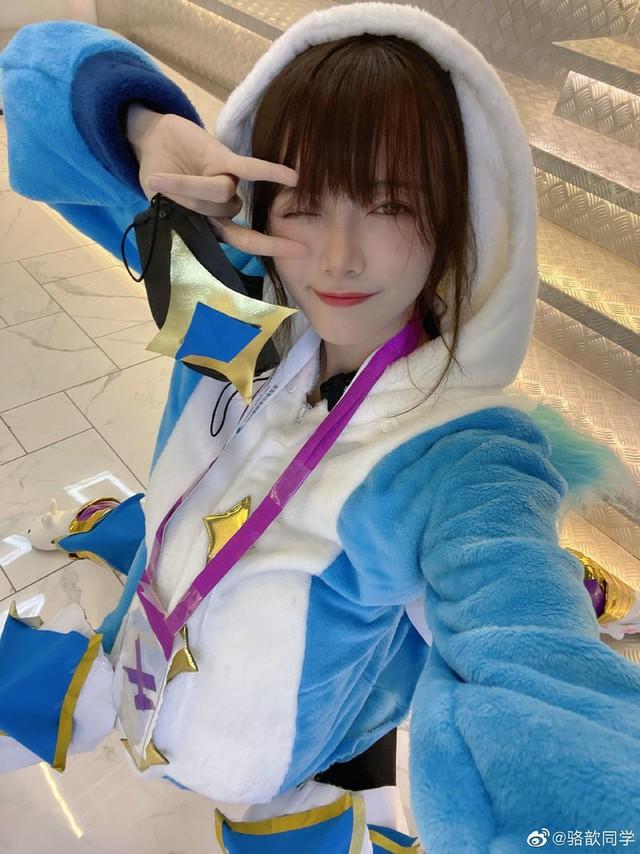 Tạo dáng khó đỡ để cosplay Urgot Vệ Binh Tinh Tú, nữ MC LPL dở khóc dở mếu vì hậu quả không khép nổi chân - Ảnh 6.