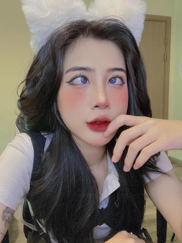 """""""Bắt chước cách make-up và tạo dáng """"mắt lác giống với Hannah Owo, nữ streamer Việt gây chú ý - Ảnh 2."""