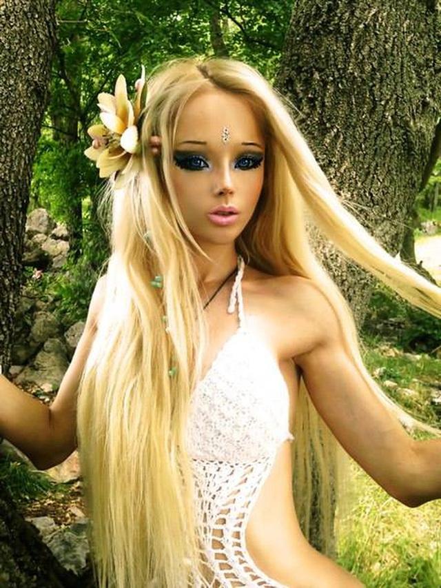 """""""Barbie đời thực nước Nga"""" từng gây tranh cãi bàn tán vì trông giống búp bê đến khó tin và mặt mộc khác lạ khi không make-up - Ảnh 4."""