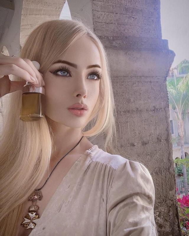"""""""Barbie đời thực nước Nga"""" từng gây tranh cãi bàn tán vì trông giống búp bê đến khó tin và mặt mộc khác lạ khi không make-up - Ảnh 15."""