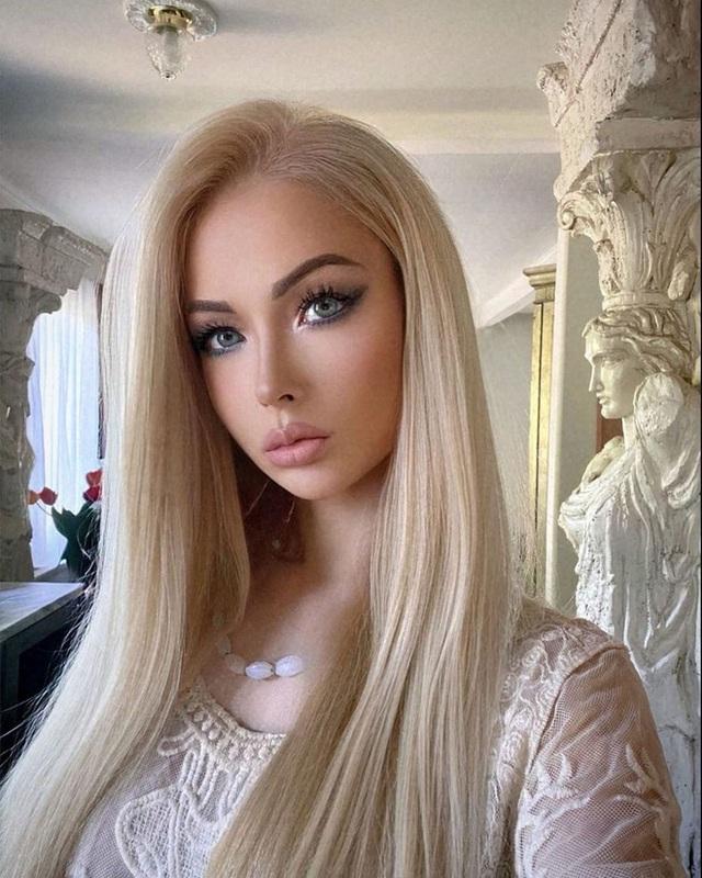"""""""Barbie đời thực nước Nga"""" từng gây tranh cãi bàn tán vì trông giống búp bê đến khó tin và mặt mộc khác lạ khi không make-up - Ảnh 17."""