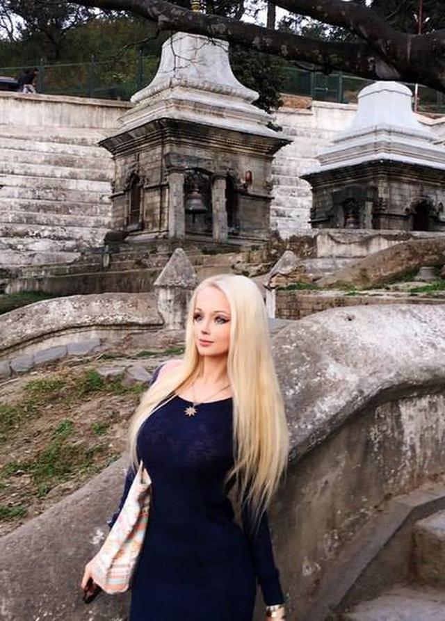 """""""Barbie đời thực nước Nga"""" từng gây tranh cãi bàn tán vì trông giống búp bê đến khó tin và mặt mộc khác lạ khi không make-up - Ảnh 8."""