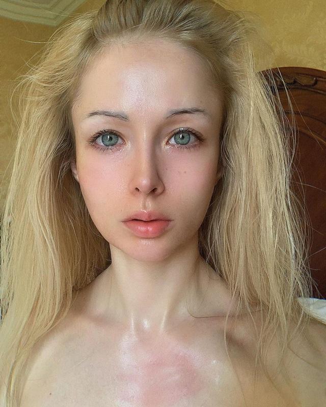 """""""Barbie đời thực nước Nga"""" từng gây tranh cãi bàn tán vì trông giống búp bê đến khó tin và mặt mộc khác lạ khi không make-up - Ảnh 11."""