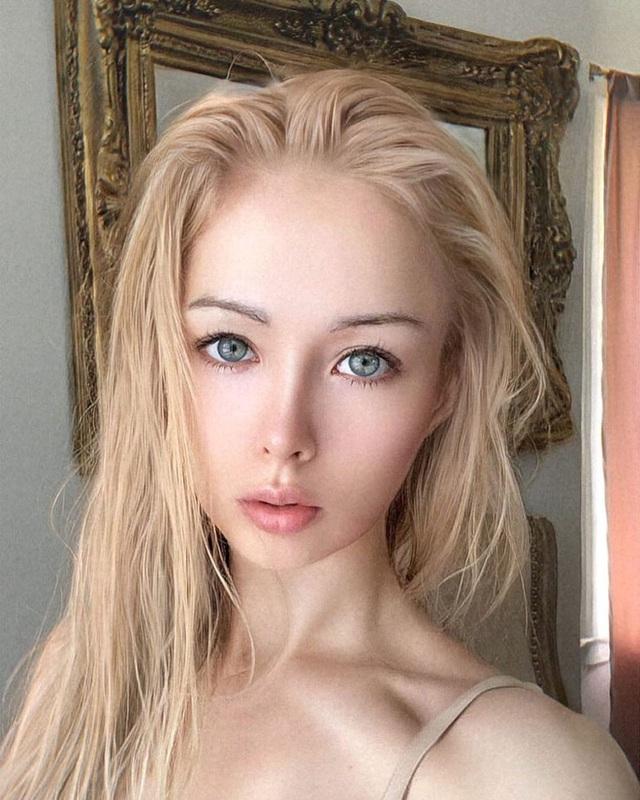 """""""Barbie đời thực nước Nga"""" từng gây tranh cãi bàn tán vì trông giống búp bê đến khó tin và mặt mộc khác lạ khi không make-up - Ảnh 12."""