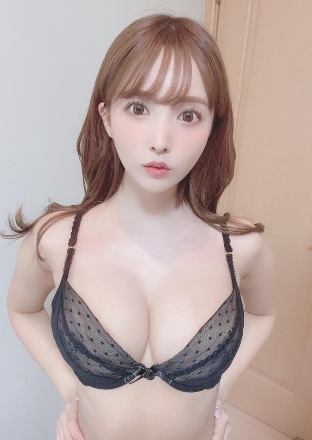 Liên tục để trai lạ xuất hiện bên cạnh, kể cả trong lúc ngủ, Yua Mikami khiến fan lo sợ, đồn đoán nữ thần đã có bạn trai