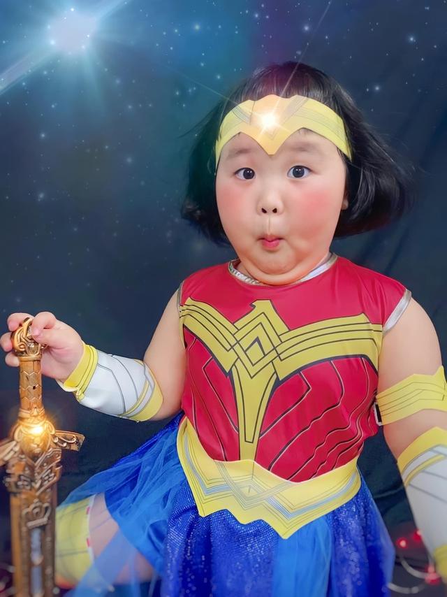 Bé gái Việt gây bão với loạt biểu cảm khó đỡ trong bộ ảnh hóa thân thành Wonder Woman - Ảnh 1.