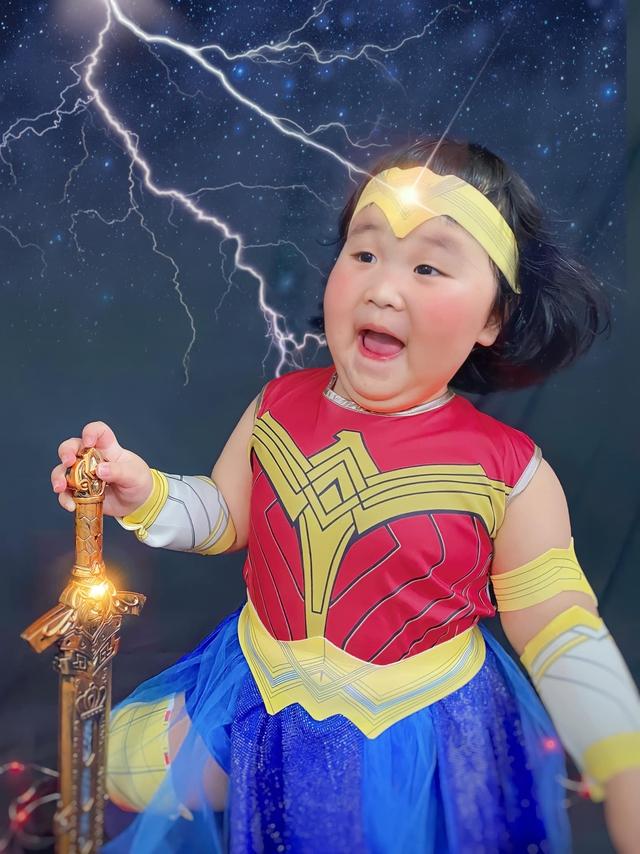 Bé gái Việt gây bão với loạt biểu cảm khó đỡ trong bộ ảnh hóa thân thành Wonder Woman - Ảnh 2.