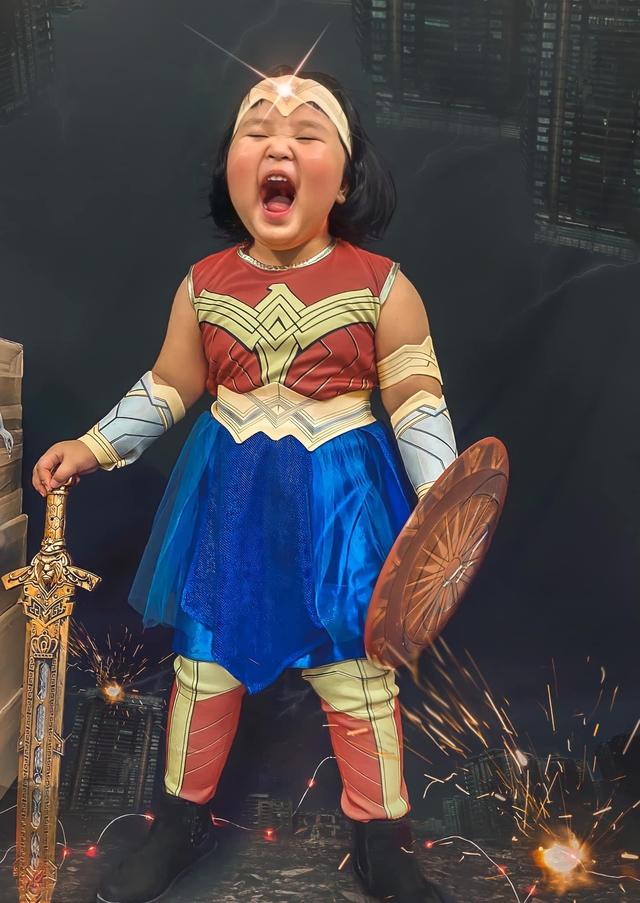Bé gái Việt gây bão với loạt biểu cảm khó đỡ trong bộ ảnh hóa thân thành Wonder Woman - Ảnh 3.